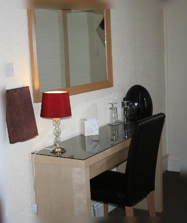 Ash Lea Hotel: Spacious Dressing Tables