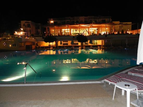 Torba, Turquía: Hotel and pool at night