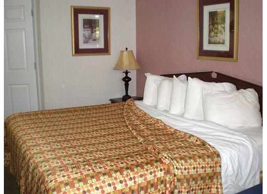 Jameson Inn Perry: Bed with lots of pillows!
