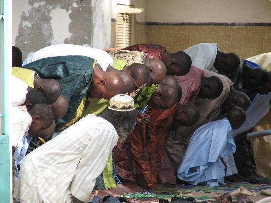 Saint-Louis, Senegal: volle Moscheen und Straßen beim Tabaski-Fest