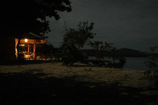 Club Paradise Palawan: Bungalow at night