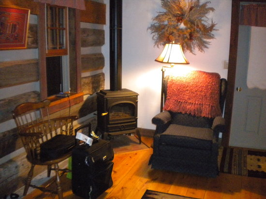 Creekview Country Cottage Bed and Breakfast: When you walk in..here's the livingroom