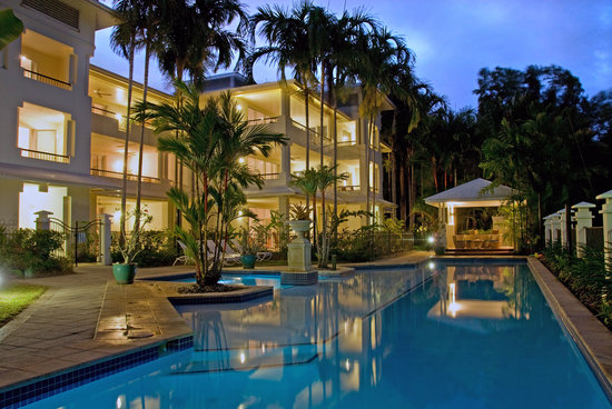 Mandalay & Shalimar Luxury Beachfront Apartments: Mandalay Pool by Night