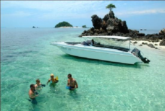 Phuket, Thailand: Snorkelling with friends