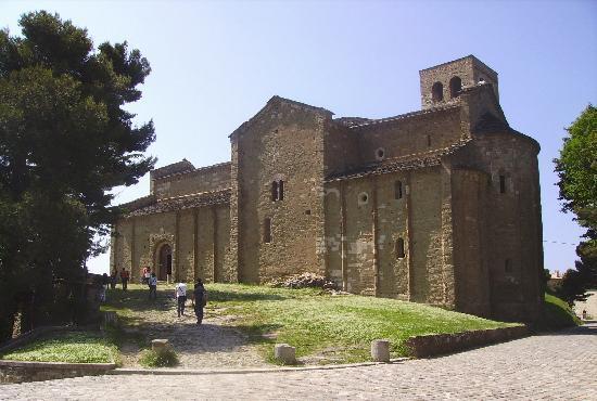 San Leo, Italia: il Duomo affacciato sulla vallata