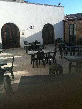 Azienda Agrituristica Masseria La Verna: vista su patio dalla porta d'ingresso della camera