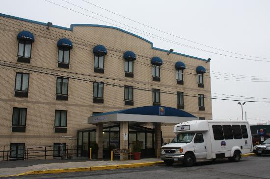 Comfort Inn JFK Airport: Front of the hotel