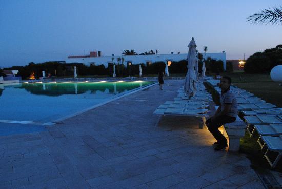 Marina Di Ostuni, Italy: piscina di sera