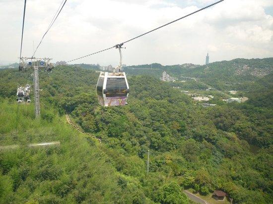 Wenshan, Taipei: ロープウエイからの風景。小さく台北101が見える