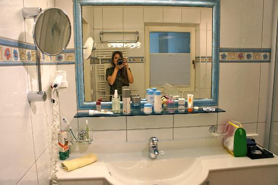Hotel Tirolerhof: Badezimmer Vogelnesterl