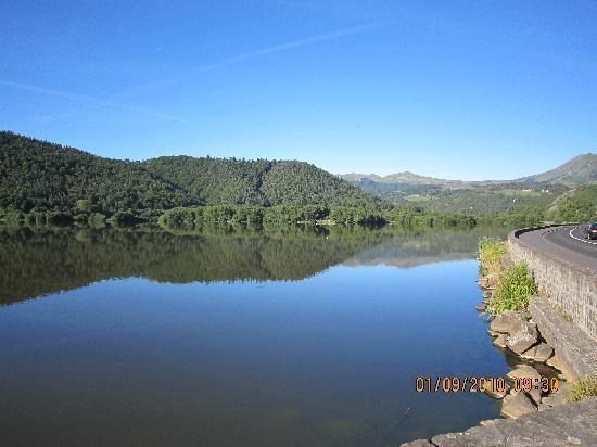 La Bonne Hotesse : La lac face à l'hôtel La Bonne Hôtesse