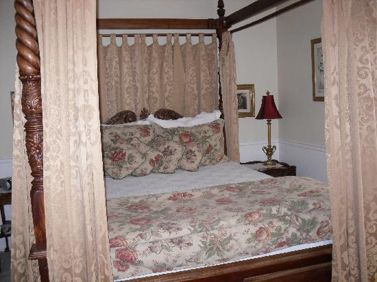 Secret Garden Bed & Breakfast Inn: gorgeous and comfy four-poster bed