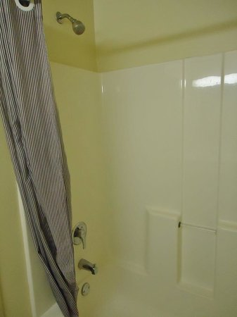 Extended Stay America - Chicago - Skokie: Shower tub