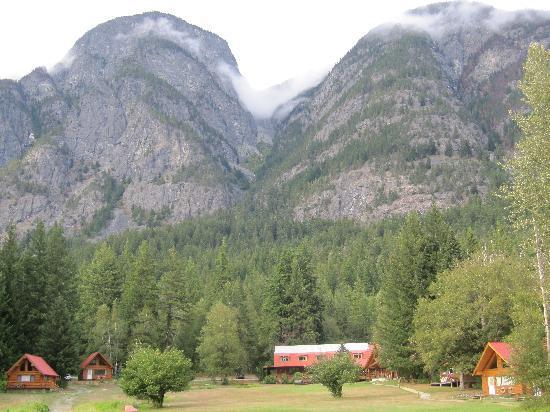 Tweedsmuir Park Lodge: View of lodge and mountains behind