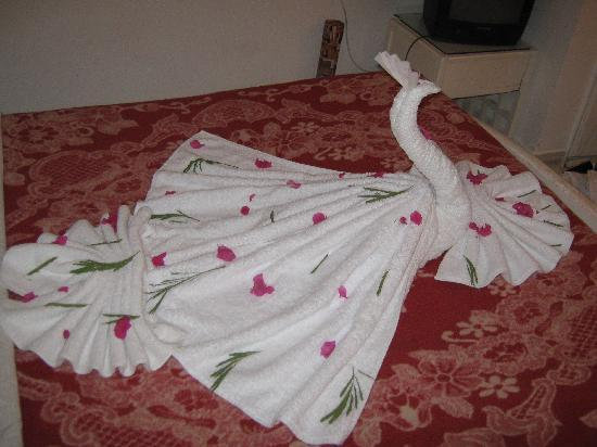Halomy Hotel : Artistic work with towels by the cleaners