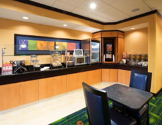 Fairfield Inn & Suites Albany: Breakfast Buffet