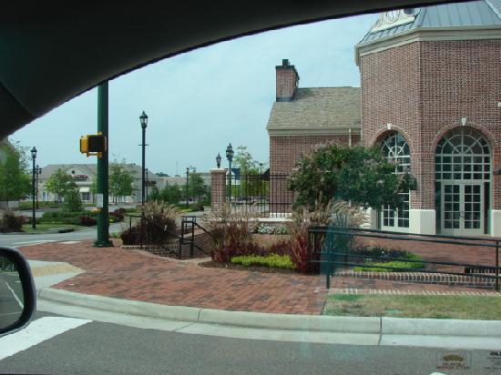 Holiday Inn Express & Suites Williamsburg: plaza next door