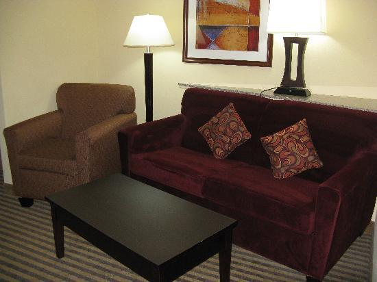 Comfort Suites North: King Room Sitting Area