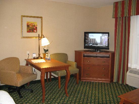 Hampton Inn & Suites Tomball: King Room Furnishings