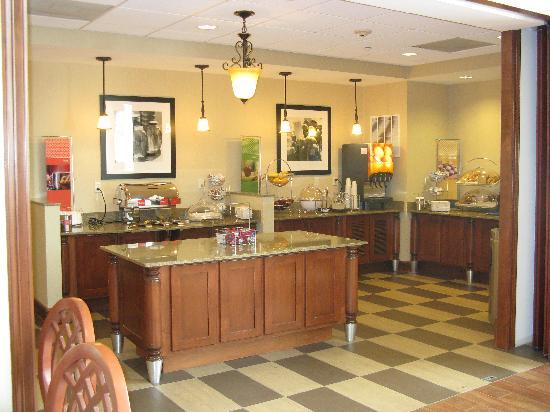 Hampton Inn & Suites Tomball: Breakfast Bar
