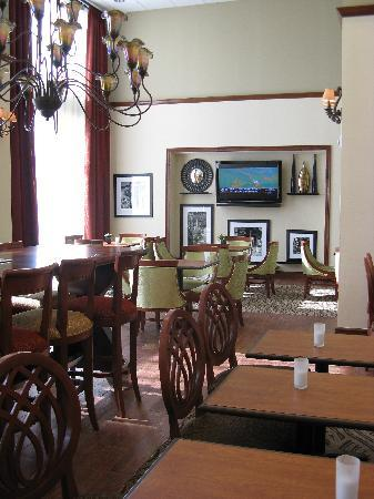 Hampton Inn & Suites Tomball: Breakfast Room