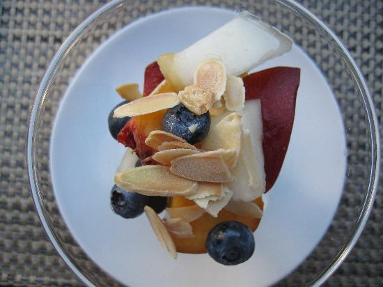 The Chanric Inn: Fruit with tsted almonds and amaretto sauce