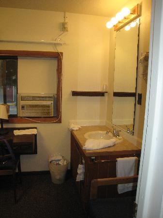 Alpine Motel: Sink outside Bathroom