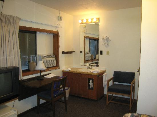 Alpine Motel: Sink/Desk
