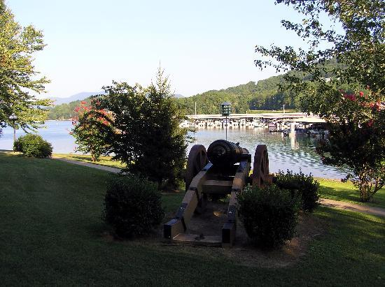 Young Harris, GA: Looking past one of the cannons toward the marina.  The walkway has swings where you can relax &