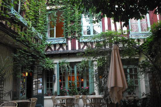 Le Vieux Carre : View from street entrance