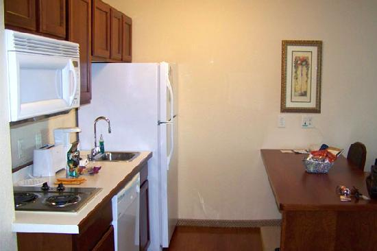 GrandStay Residential Suites Hotel Eau Claire : Well appointed kitchen with dishes and cookware.