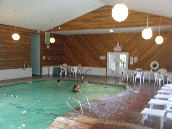 Storybook Inn & Suites: piscine et spa interieurs