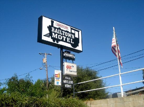 Jamestown Railtown Motel: Motel Sign