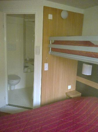 Premiere Classe Le Mans Ouest - Universite: Double bed with bunk bed above