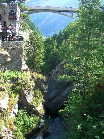 Saas-Fee, Suisse : The bridge at the North End