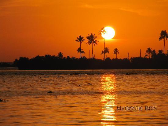 Kumarakom Lake Resort: From our boat, the SUNSET on the lake!