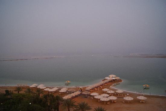 Lot Spa Hotel: Hotelstrand vom Balkon
