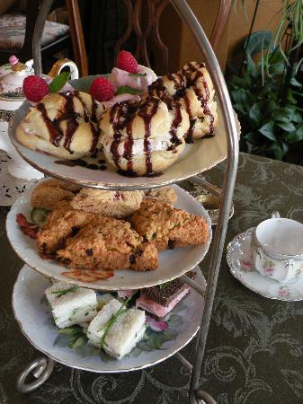 Schuster Mansion Bed & Breakfast: Victorian High Tea