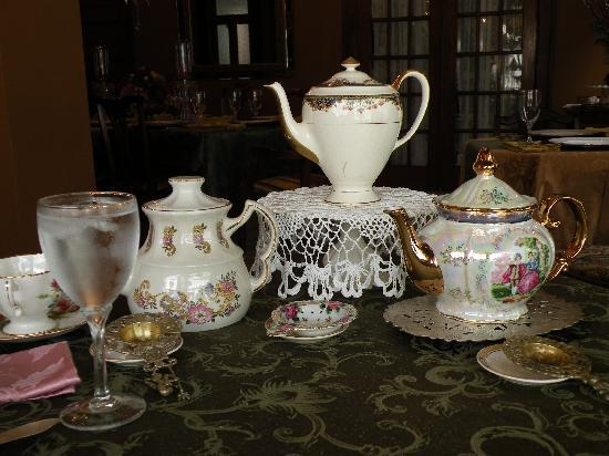 Schuster Mansion Bed & Breakfast: Tea Pots