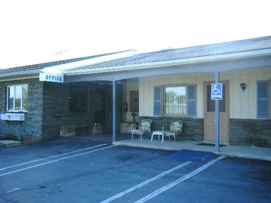 Amish Lanterns Motel: Office with handicap parking
