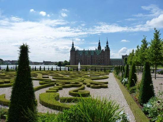 Hilleröd, Danmark: Gardens and castle view