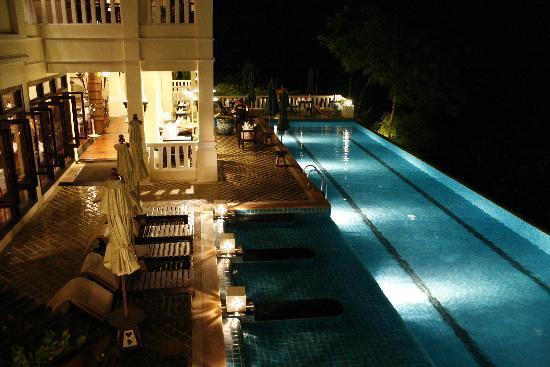 Aquamarine Resort & Villa: Vue d'une piscine à coté d'un restaurant