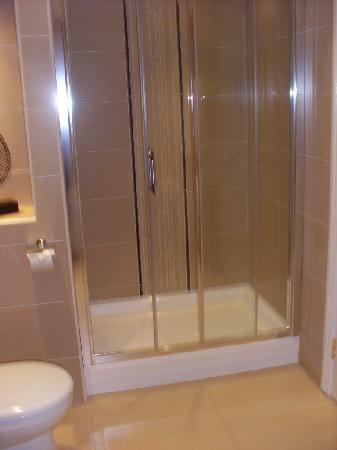 Corrs Corner Hotel: Shower
