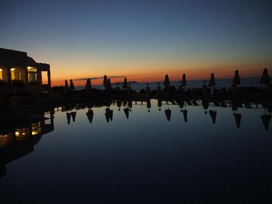 Maritimo Beach Hotel : POOL AT SUNSET