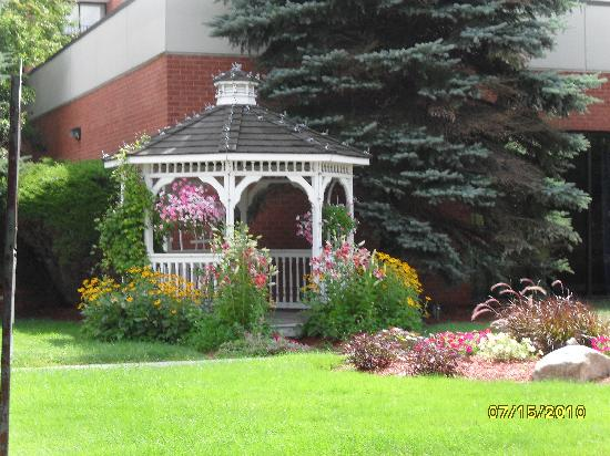 DoubleTree by Hilton Hotel Boston - Andover: Nice landscaping & garden