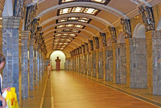 St. Petersburg, Russia: San Petersburgo: estación de metro con el busto de Lenin