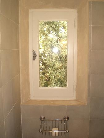 Pernes-les-Fontaines, Frankrijk: The morning sun and fresh air through our bathroom window