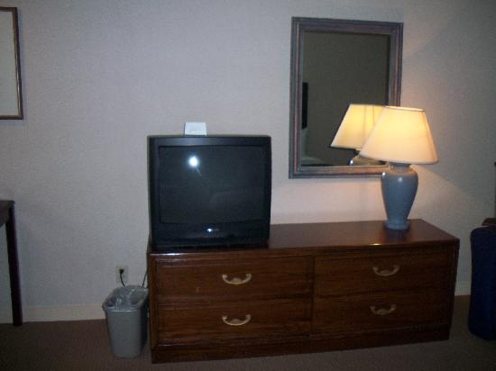 Airtel Plaza Hotel and Conference Center: Tv and dresser