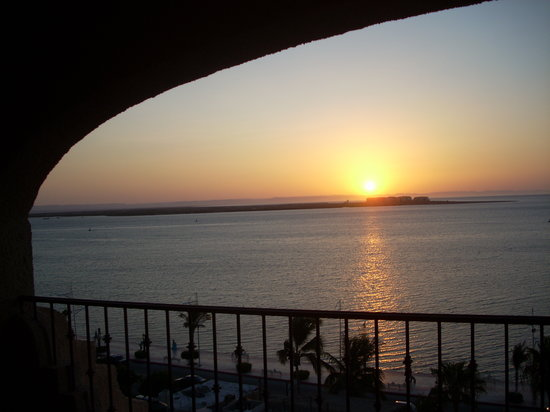 Las Gaviotas Resort : Enjoy this panoramic view of the Bay of La Paz while sipping coffee on your terrace.