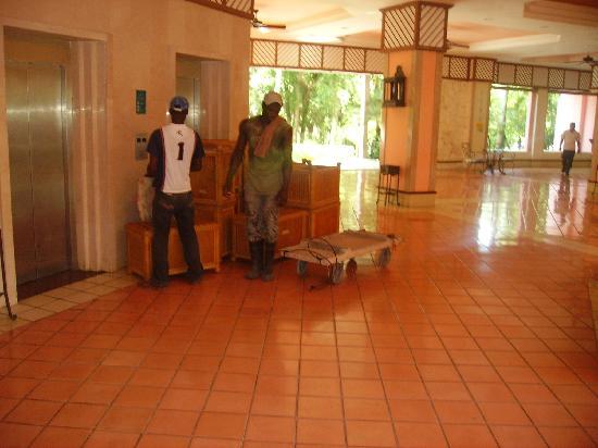 Hotel Riu Naiboa: obreros con muebles y carrito al lado del ascensor